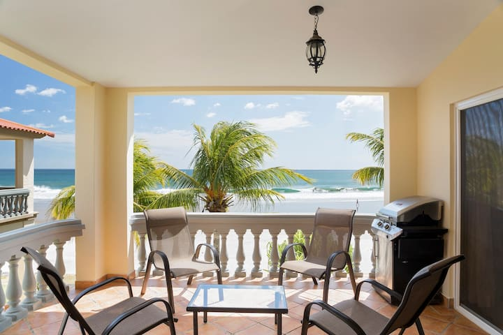 Villas Iguana A-16: Beachfront Condo
