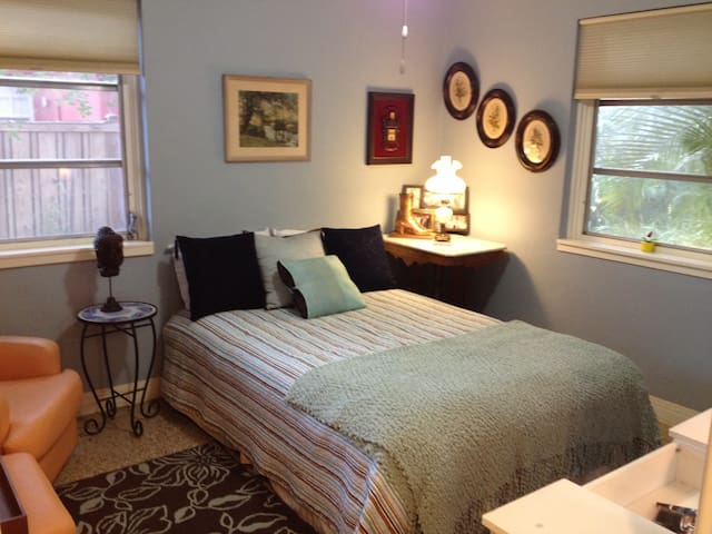 private room with full bath, light - Fort Lauderdale - Bed & Breakfast