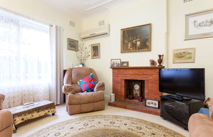 Ryde/Macquarie Area - Cosy Cottage a Real Home