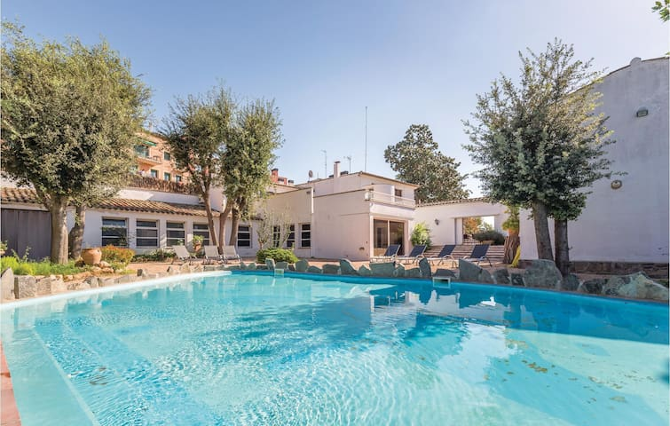 Holiday cottage with 6 bedrooms on 460 m²