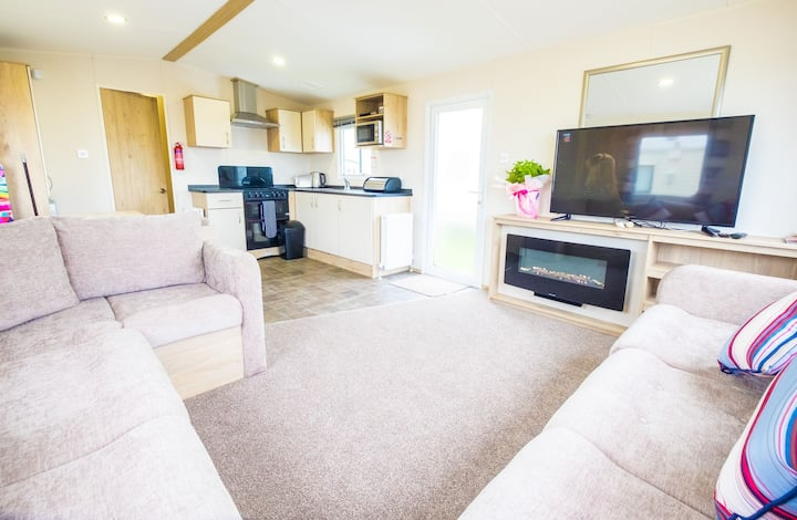 SP158 - Camber Sands Holiday Park - Sleeps 8 - 3 Bedrooms - Second Toilet - Decking - Private Parking