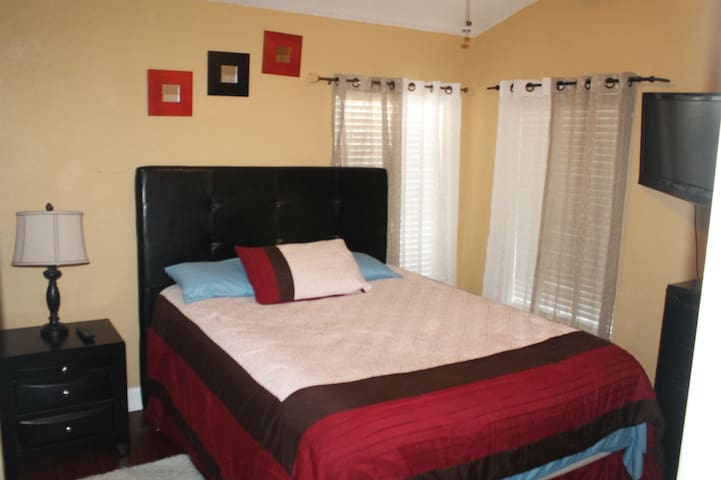 Charming 2 Bedroom 1 Bath Villa  - Tampa - Villa