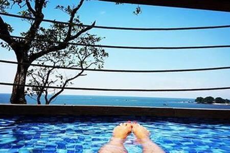Casa com piscina de frente para o mar