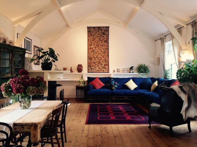 Central & Spacious Converted Church - Frome - Apartemen