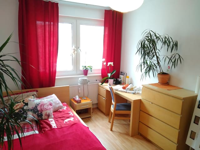 Cozy 2 rooms apartment near train station and fair