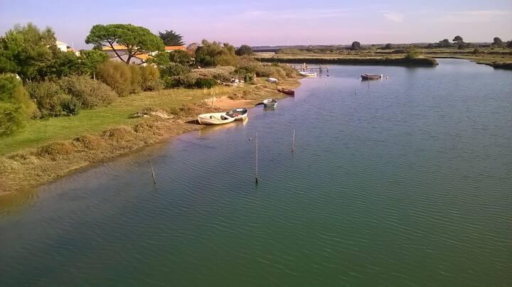 La petite maison au bord de la rivière et la mer