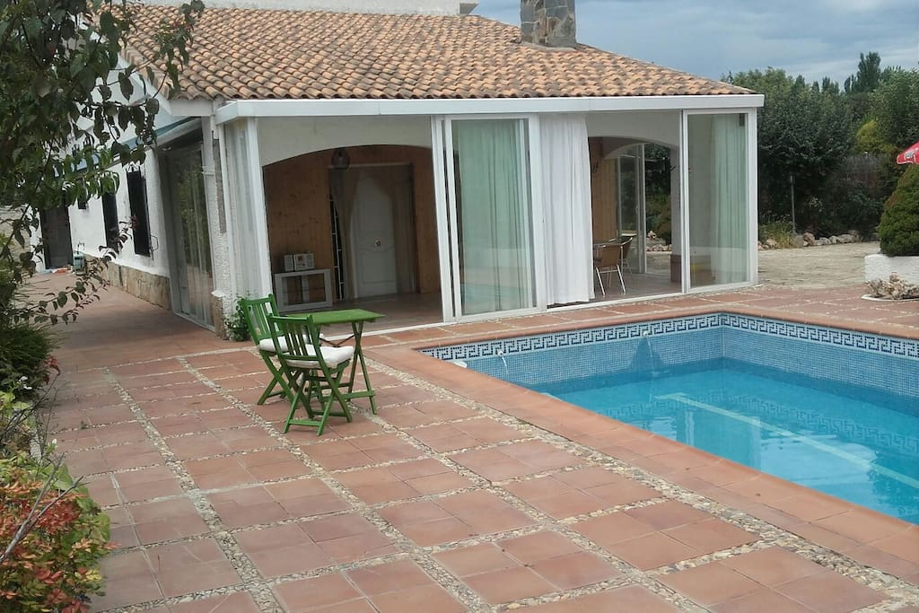 Chalet con piscina 48km madrid apartamentos en alquiler for Piscina olimpica madrid