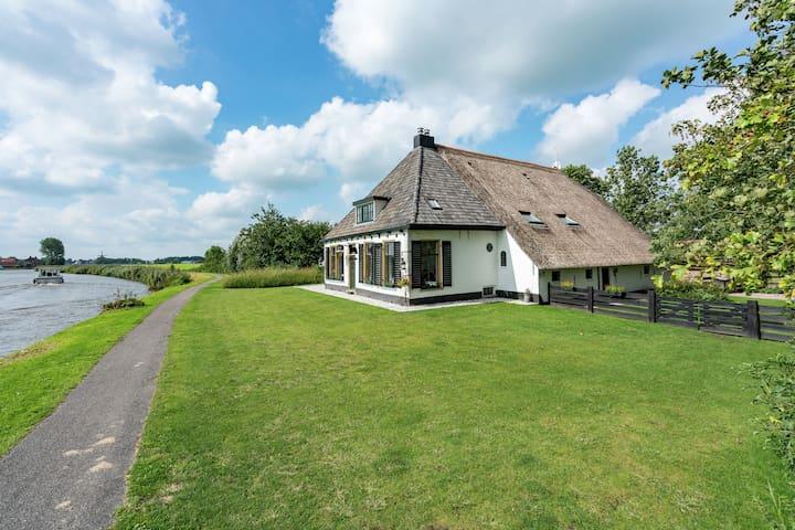 Schönes Ferienhaus in Burdaard (Niederlande) in Flussnähe