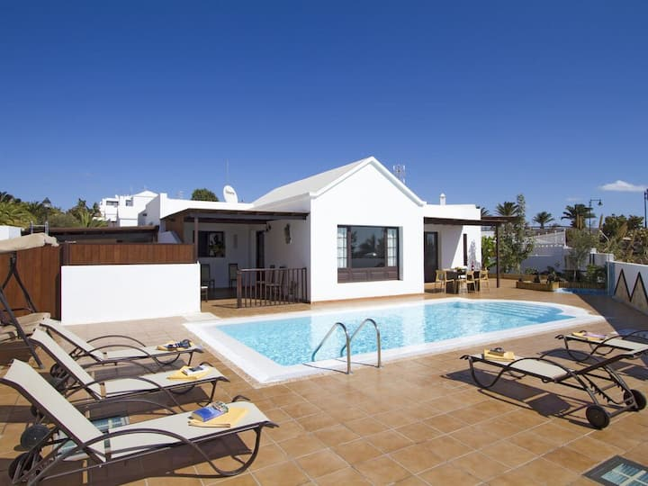 Villa with sea views, 1 min to the beach