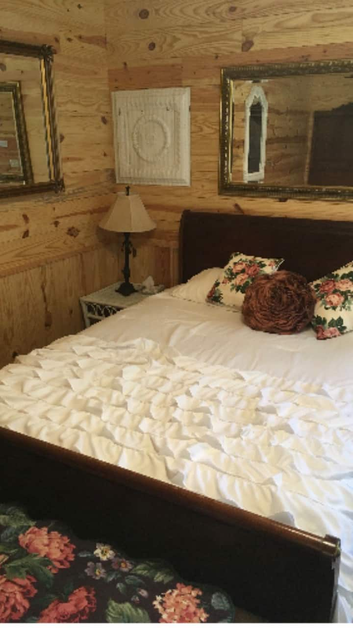 Hackberry tree cottage ; 3 bd, private