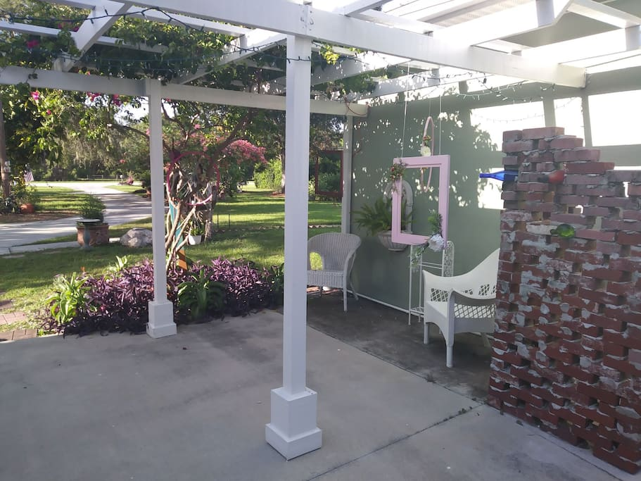 photo frames under arbor for guests