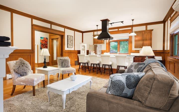 Executive Elegance Close to Lake - Oak Suite