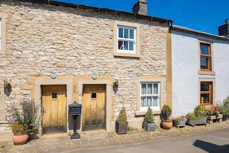 Beautiful Old Cottage in the Peak District