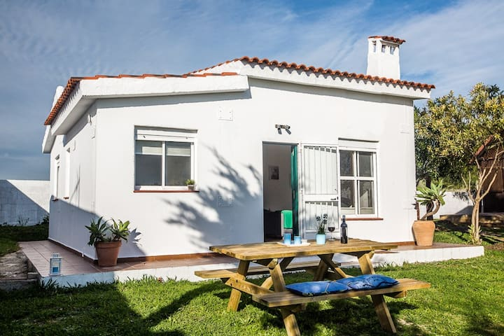 Casa en Bolonia con jardín cerca playa.