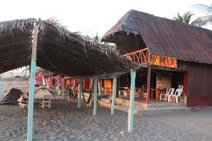 Cabaña rustica frente al mar