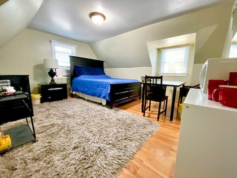Spacious room,  4 miles from NYC