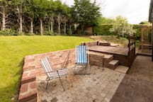 Take your coffee and cake outside and be seated in vintage deckchairs. The back garden has sunshine all day round.