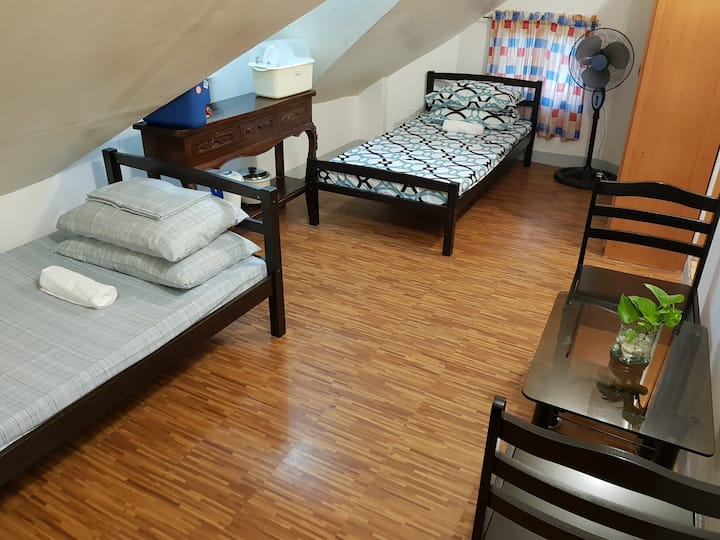 Cozy Studio Attic w/25 Mbps 15 minutes walk to BGC