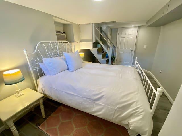 bedroom w/ queen bed and premium linens
