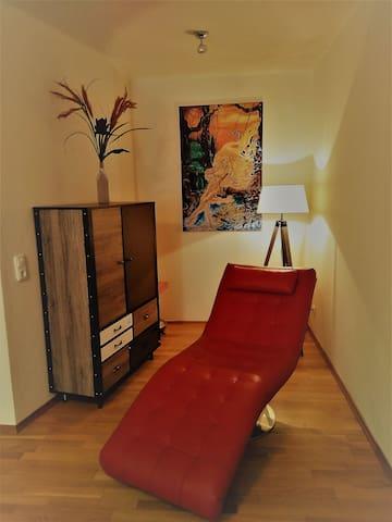 Relax-Ecke mit Designer Liege und Kunstgemälde