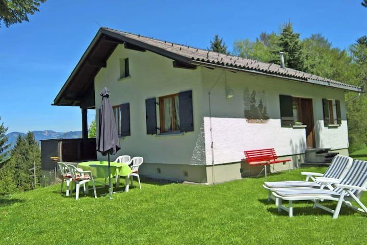 Landelijk vakantiehuis in Vorarlberg met een tuin en balkon