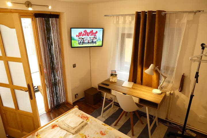 Maple room (2st room) With a king size bed, a desk with chair, cable TV,  hangers, few books, tourist leaflets, a desk lamp and other accessories.