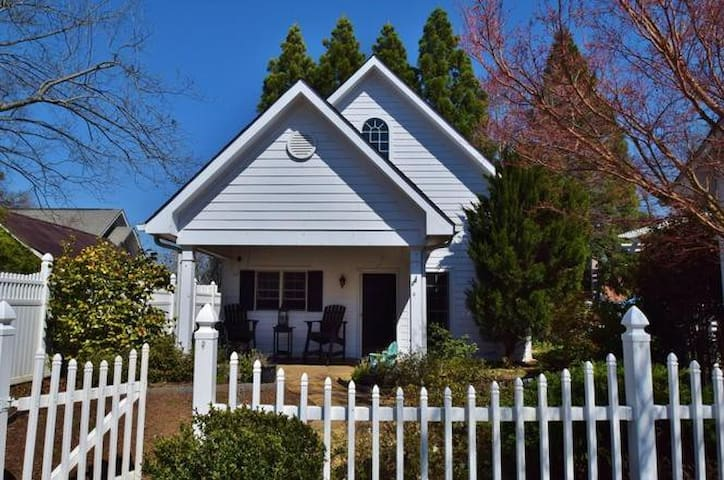 Private Downtown 2 Bedroom Cottage