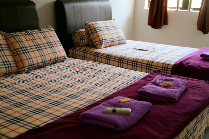 ROOM NO.6 ( 3 ADULT/人) TRIPLE ROOM  单人床 X 1 张 & 双人床 X 1 张 SINGLE BED X 1 & DOUBLE BED X 1