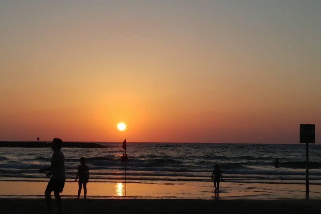 3 min walk to the amazing TLV romantic sunsets