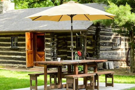 Cozy 1953 Countryside Log Cabin Minutes to STL