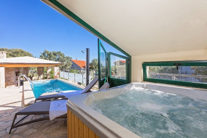 Cozy house Valencan 2 with pool, jacuzzi and sauna