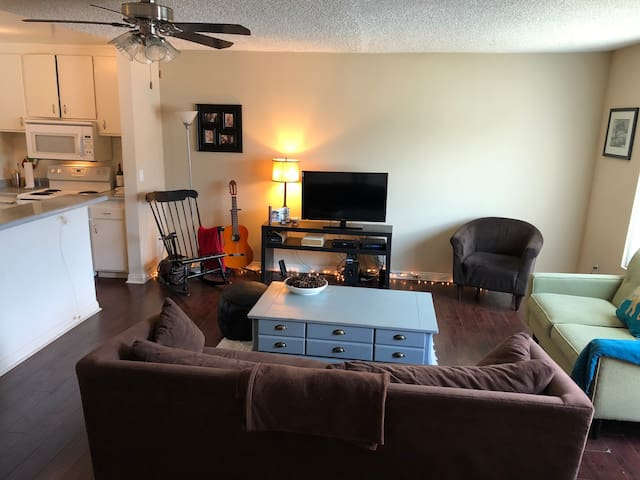 Private room in 1BR apt w/host Close to everything