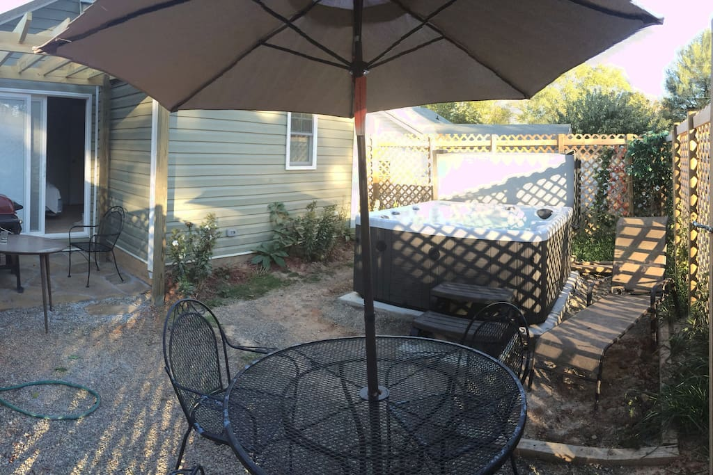 Backyard: hot tub, BBQ!
