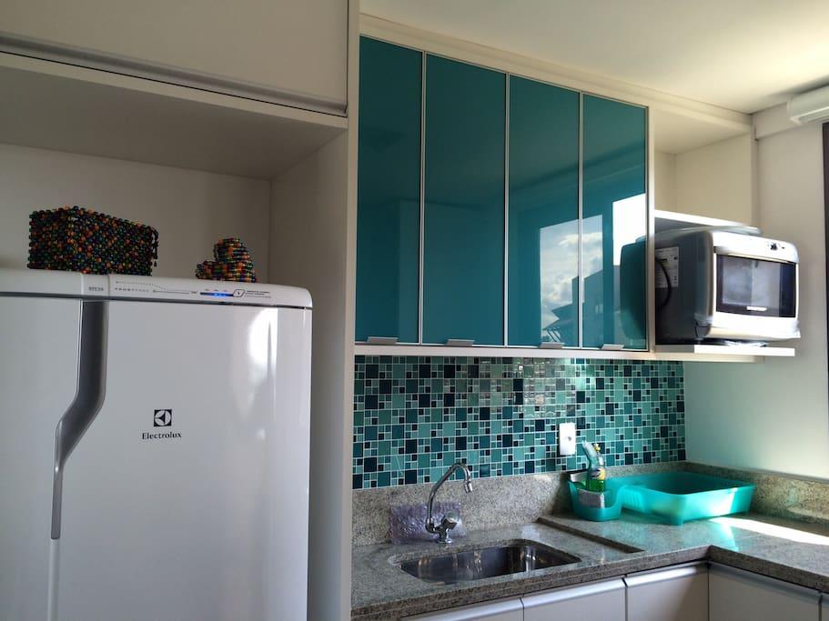 Cozinha completa com geladeira, fogão, micro-ondas, forno elétrico, filtro, etc.