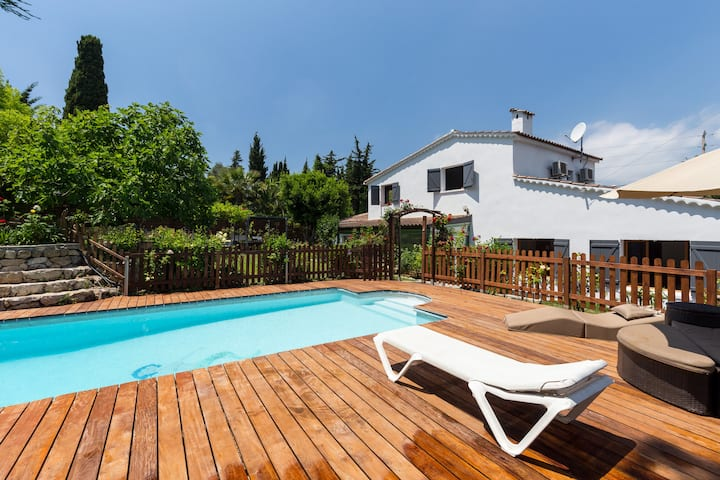 Large and quiet villa in Antibes (heated pool)