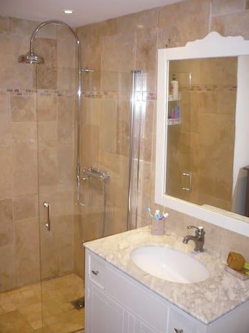 salle d'eau avec douche a l'italienne!