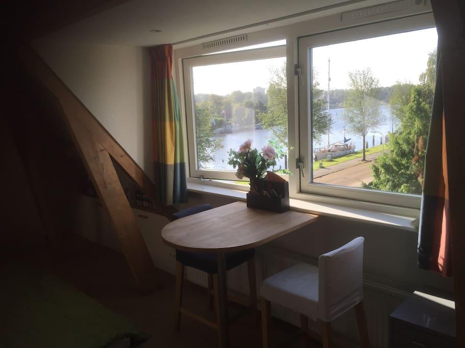 De kamer met werkplek met uniek uitzicht over het Spaarne
