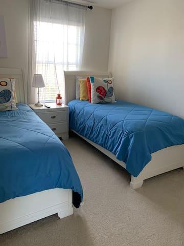 Confortável quarto duplo. banheiro compartilhado