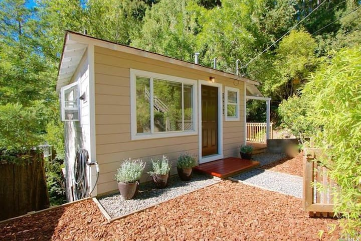 Dog-friendly house w/tranquil surroundings, deck, walk to the river