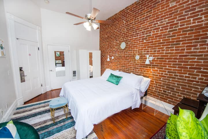 Clean, Bright King Bed Loft in Downtown San Diego!