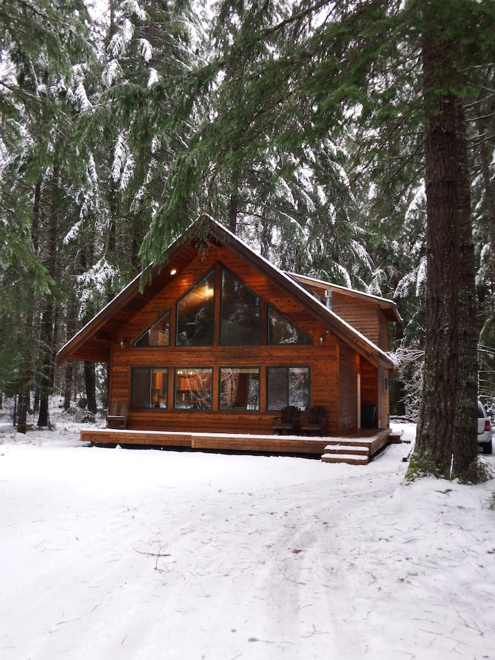 Chalet-style cabin near Mt. Rainier and Crystal