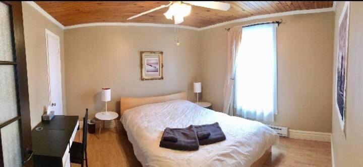 Chambre calme dans belle maison à aire ouverte