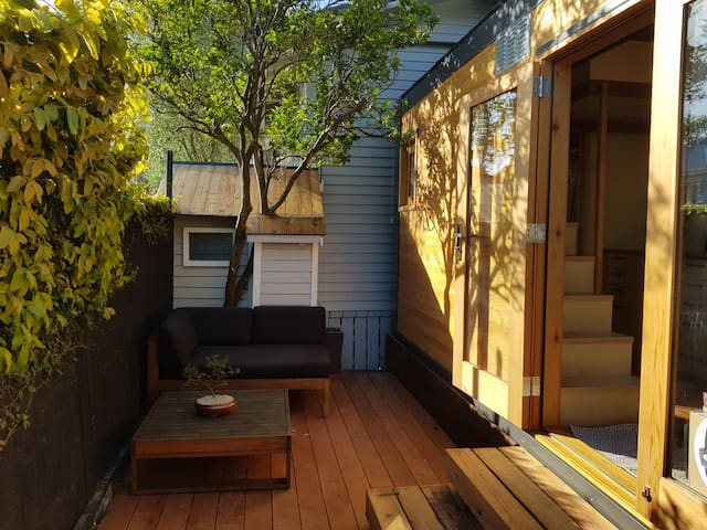 Luxury eco-friendly tiny house near beach & CBD