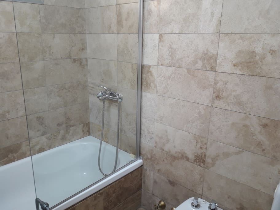 baño con bañera comun