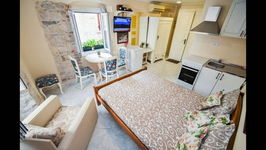 """APARTMENT OLD TOWN CENTER-in the """"heart"""" of Kotor"""