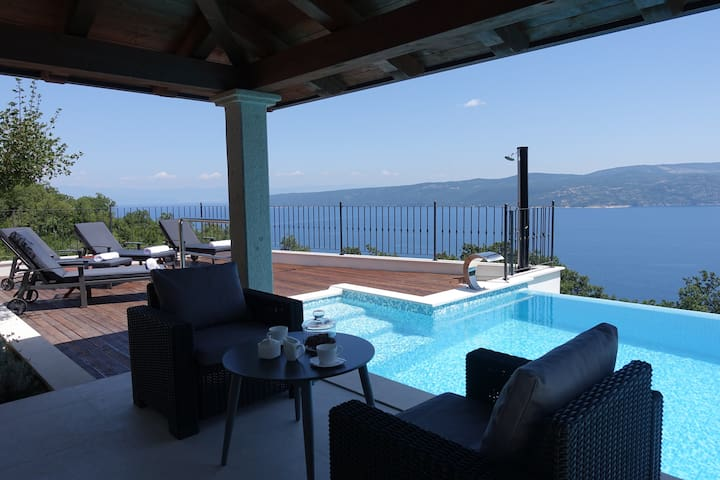 New villa with two suites suitable for 2 families