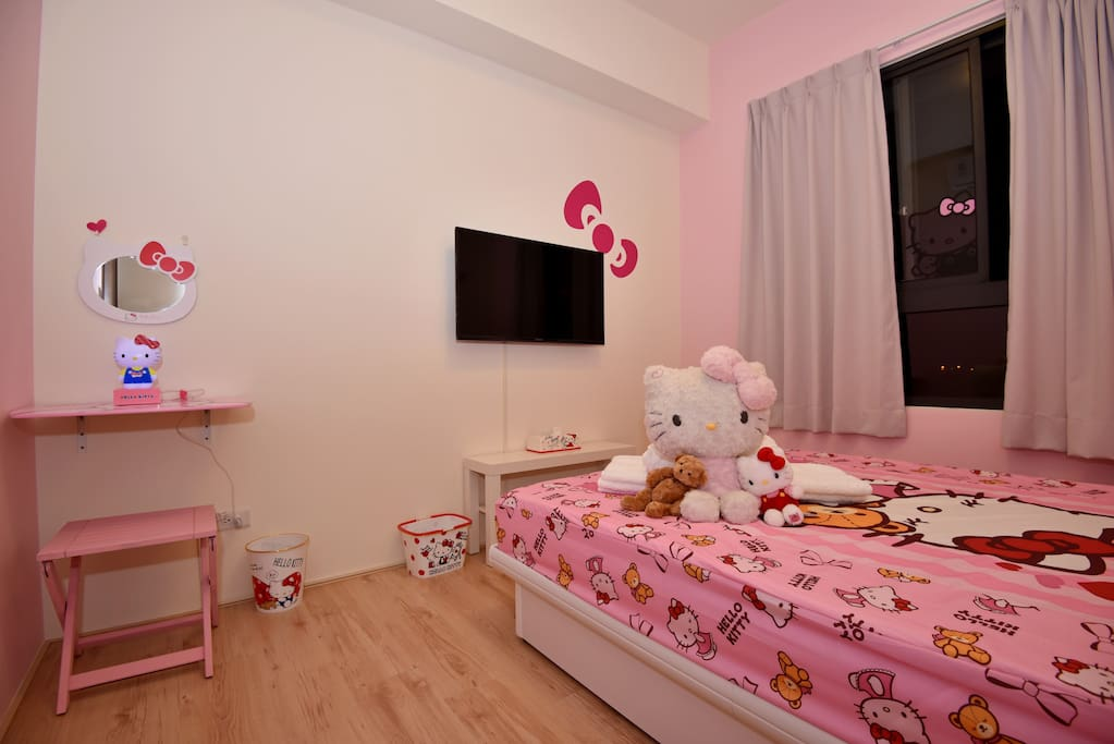 Kitty room. Queen size spring bed.  Kitty房, 5x6尺彈簧床.