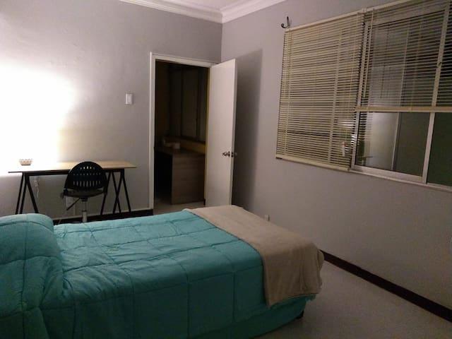 Habitación amplia con baño privado en Lince