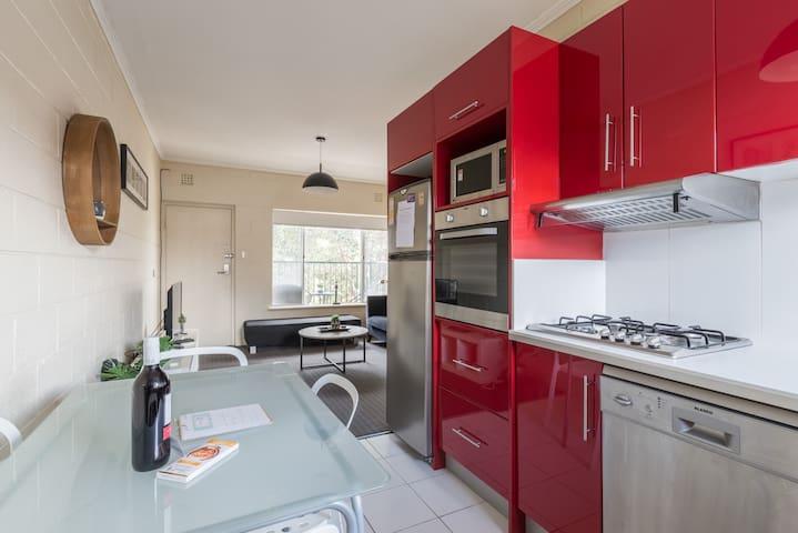 Groovy 2BR Apartment with CarPark + WiFi + Netflix