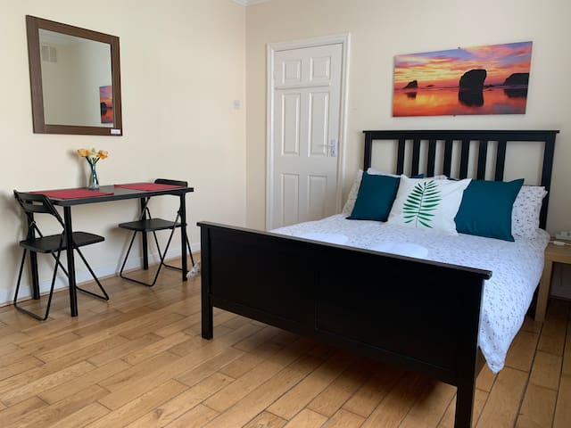 All Airbnb House, Large Double Room